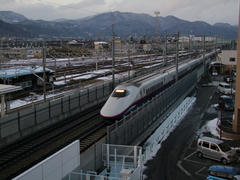 篠ノ井駅の脇を走る長野新幹線