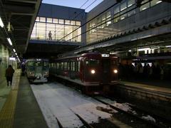長野駅にて…右がしなの鉄道を利用する人々