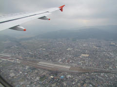 福岡上空…眼下には山陽新幹線の車両基地が見えます