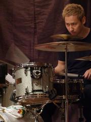 いつも鋭いドラムを叩いてくれる、佐々木俊之さん