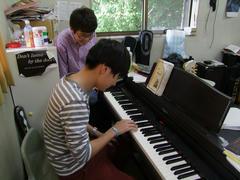 ドラマーの彼ですが、ピアノを弾いて伝えます