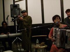 中山うりさんは、アコーディオンを用いて演奏