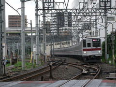 下板橋駅付近には、留置線があります…写真は、平日朝の上りに6本だけ運転される『通勤急行』