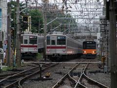 成増駅より、和光市駅方を臨む…左2本の9000系は、形は似ていても、役割が大きく異なります