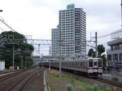 ふじみ野駅に進入する、10030系リニューアル車