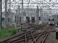 検車区を見ながら、池袋行きの30000系電車が森林公園駅に進入