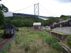 トロッコ列車…背後に見えるのは関門橋