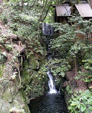 神社の横を流れる滝