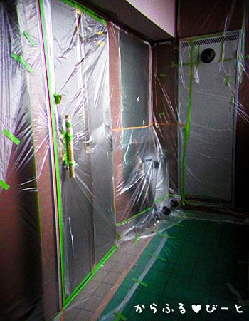 玄関周り塗装中
