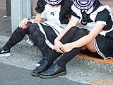 メイド服の女の子が「パンツ見せ」→警官が来てもやめない