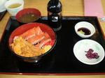 海鮮丼ととやのうにサーモン丼