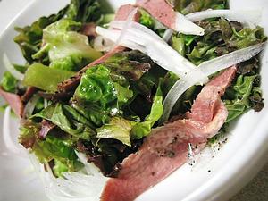 牛タンスモークのサラダ