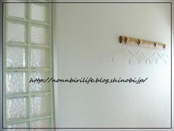 玄関にコートハンガー