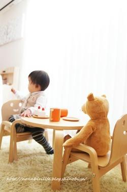 妹宅リビングの木製・子供用椅子とテーブル