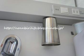 洗面台の磁石でカチッのコップ収納、補修