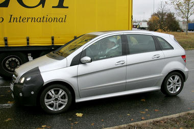 mercedes_b_class_facelift_spy_shots03.jpg