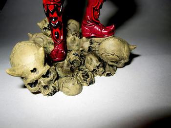 土台の骸骨も造りこまれている…
