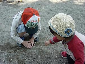 砂遊びをする息子と娘