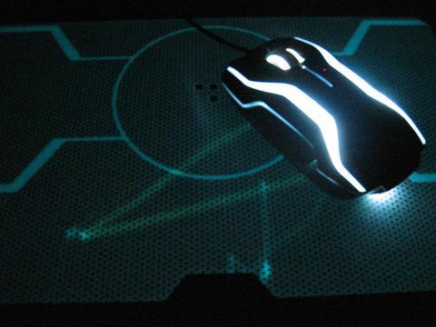 Razer_TRONマウスパッド蓄光暗闇