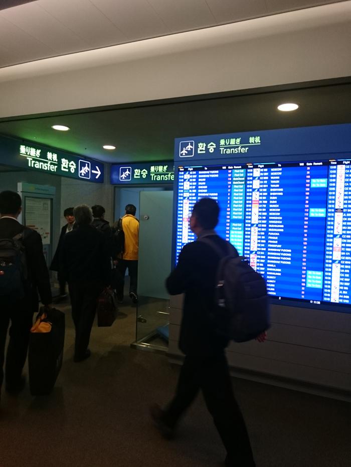 3c4dddca08 空港内を移動する電車に乗り、早足で「Transfer」に従って進む。 間違って「入国」の人の流れに着いて行ってはいけない。