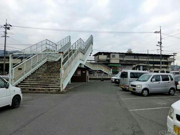 第4駐車場から見た歩道橋と福山競馬場