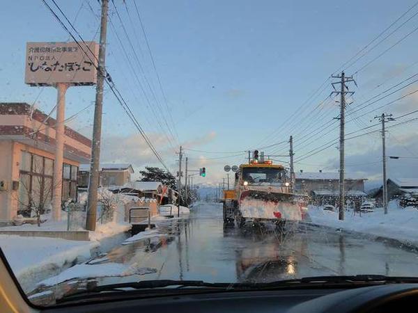 国道121号の消雪装置と除雪車