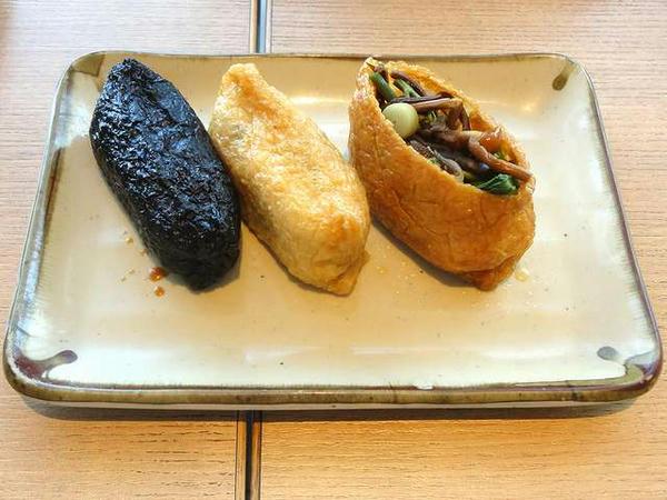 飾りいなり(山菜)、いなり寿司、竹炭いなり(梅ひじき飯)
