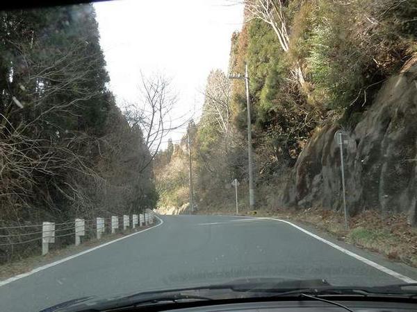 県道37号は所々狭いです