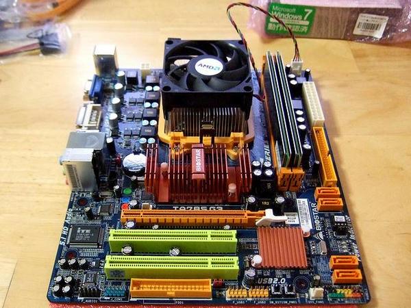 CPUとメモリの取り付けが完了したマザーボード