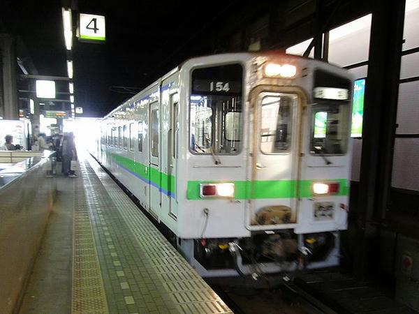 桑園駅に入線するJR札沼線のディーゼルカー