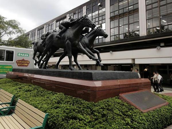 入口奥にある馬の像