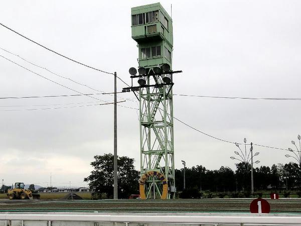 ゴール板とパトロールタワー