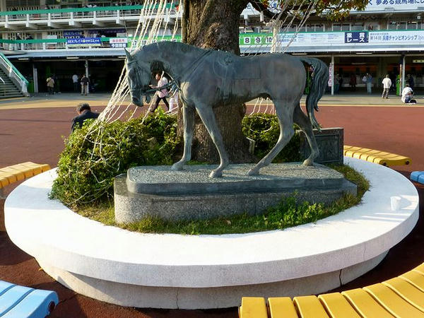 前回気づかなかった馬のブロンズ像