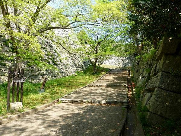 東丸入口へと通じる坂道
