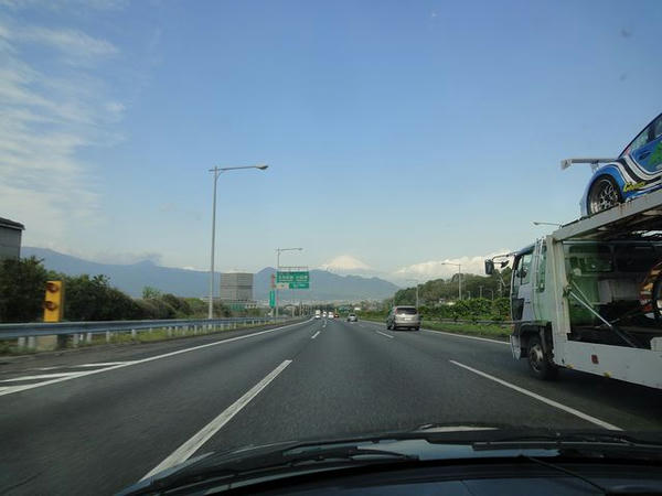 富士山を見ながら東名高速走行中