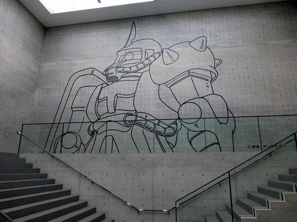 美術館内部の壁面に描かれたザク