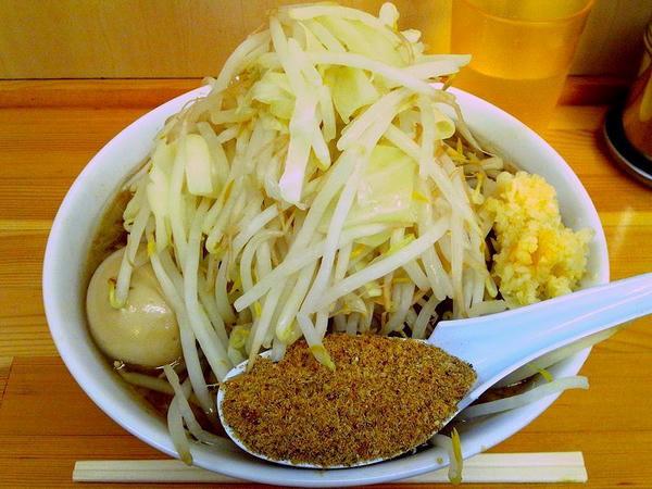 豚らーめん(ニンニク)+煮たまご+魚粉(ケータイで撮影)