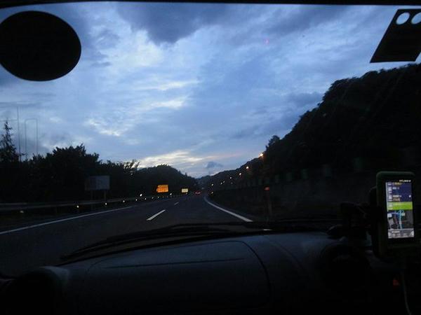 夜明けの東北道走行中