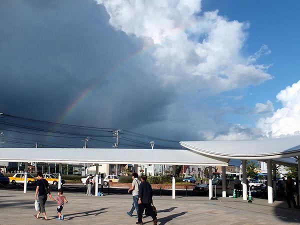 帰る頃、空に虹が架かっていました