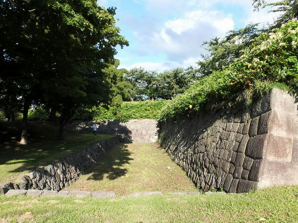 裏門橋から入ったところの石垣