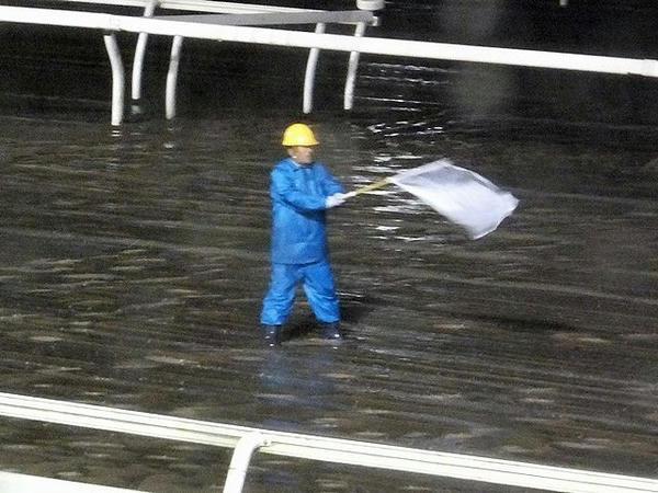 雨の中頑張る発送委員の方