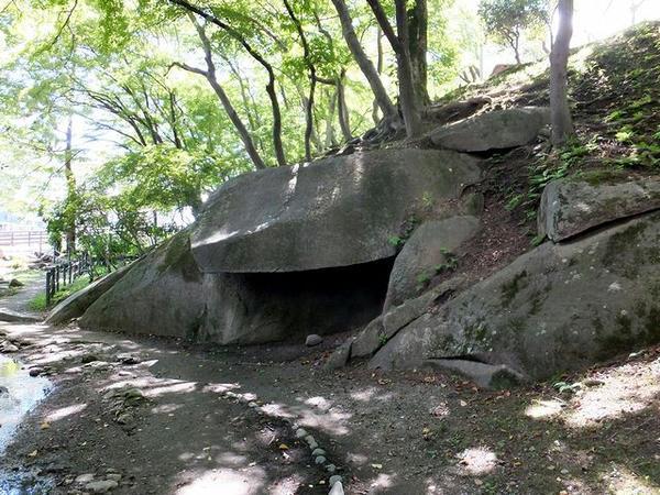 帯曲輪付近の巨石