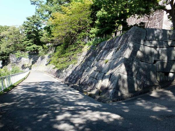 腰曲輪西側の石垣(2)