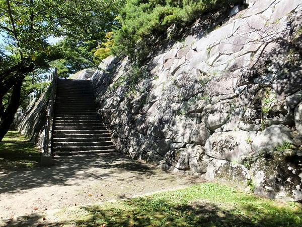 本丸南側の腰曲輪へと続く階段付近