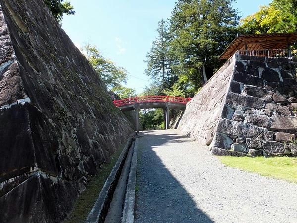 本丸と二の丸と渡雲橋(太鼓橋)