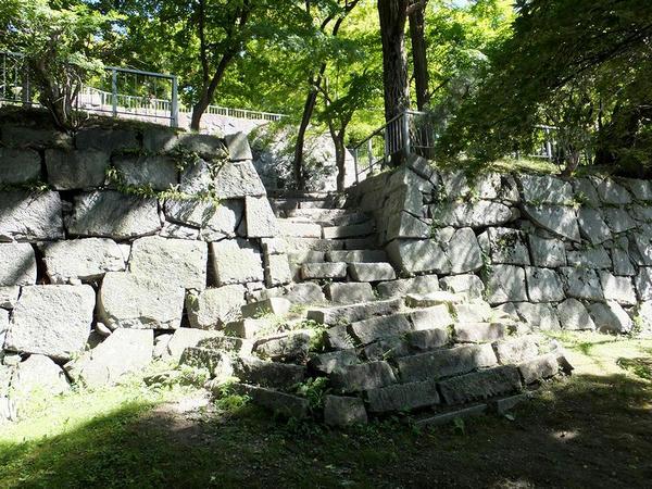 腰曲輪から降りる階段付近の石垣