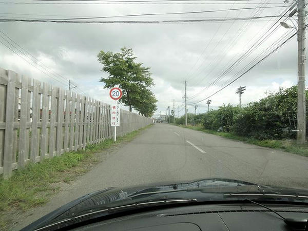 門別競馬場内走行中(左手が厩舎区画)