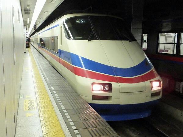 入線するシティライナー81号(AE100形)