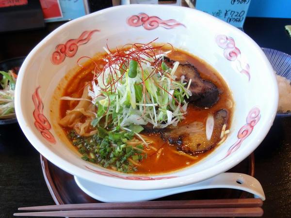 赤玉Panchiらー麺 892円 (ランチタイムで小ライスラービス)