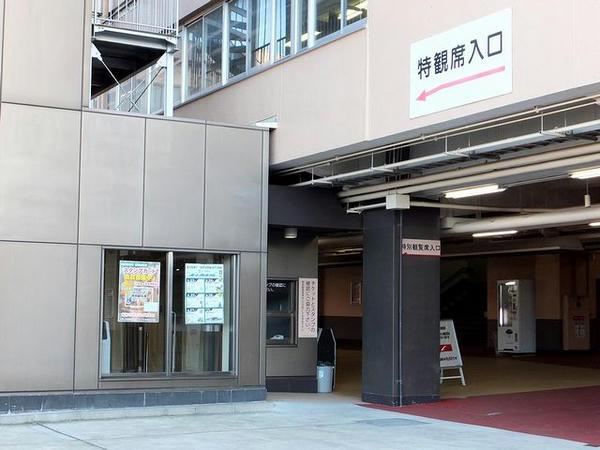 スタンド1階西側にある専用エレベータ入